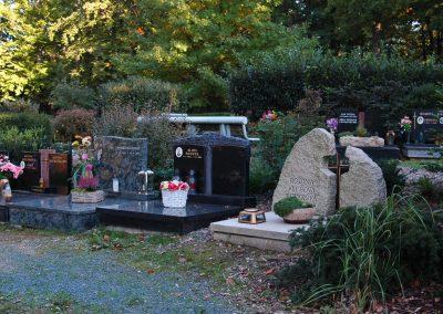 Tři náhrobky